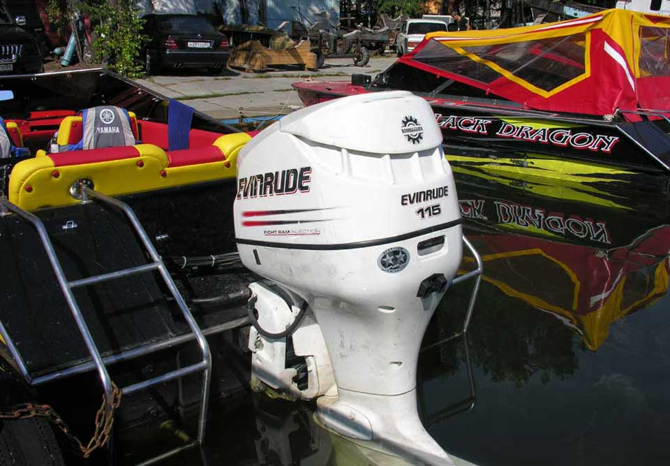 Спортивный подвесной лодочный мотор