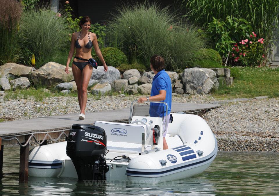 девушка и лодочный мотор